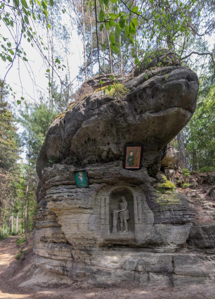 Údolím samoty k Havraním skalám